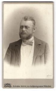 Fotografie Gebrüder Lützel, München, Portrait Herr mit Bart und Zwicker