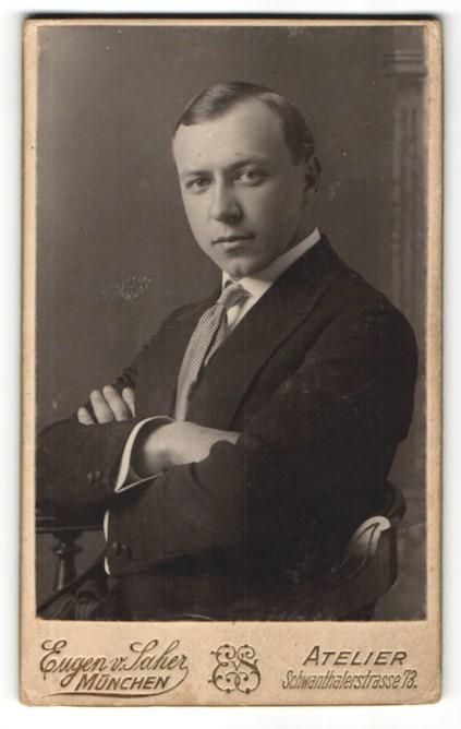 Fotografie Eugen v. Saher, München, Portrait junger Herr in Anzug