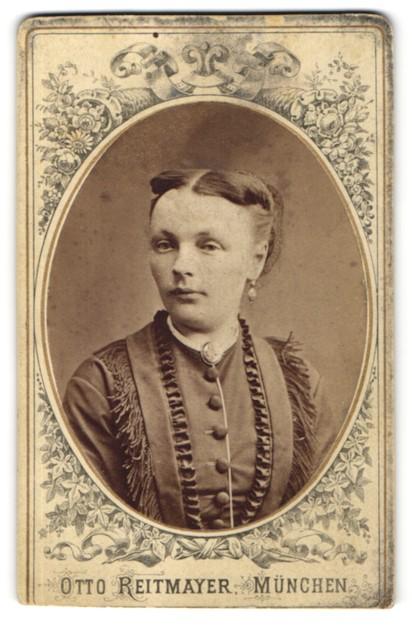 Fotografie Otto Reitmayer, München, Portrait junge Dame mit zeitgenöss. Frisur