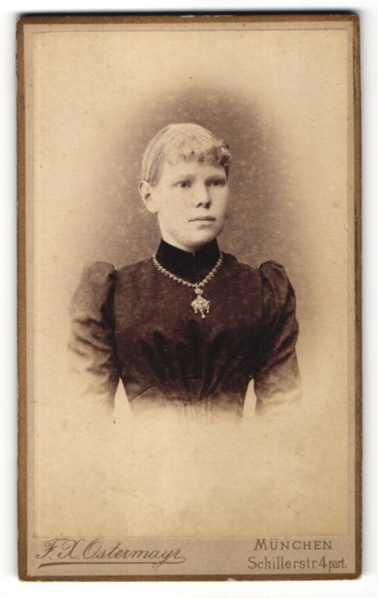 Fotografie F. X. Ostermayr, München, Portrait Fräulein in feierlicher Kleidung