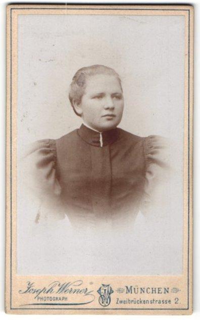 Fotografie Joseph Werner, München, Portrait Fräulein mit zusammengebundenem Haar