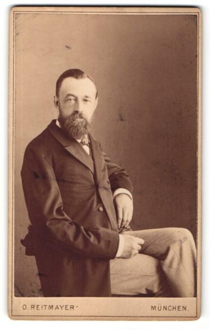 Fotografie O. Reitmayer, München, Portrait Herr in Anzug mit Bart