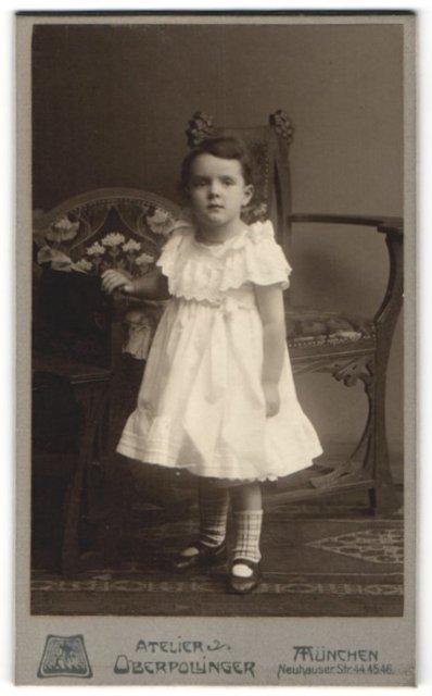 Fotografie Atelier Oberpollinger, München, Portrait kleines Mädchen in Kleid