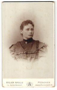 Fotografie Atelier Apollo, München, Portrait Frau mit zusammengebundenem Haar