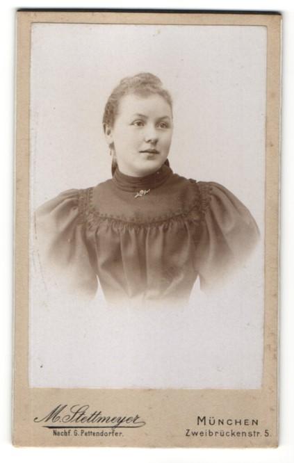 Fotografie M. Stettmeyer, München, Portrait Fräulein mit zusammengebundenem Haar
