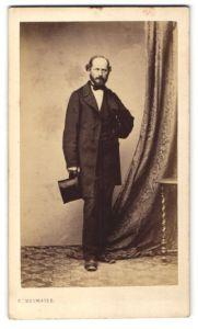 Fotografie F. Neumayer, München, Portrait Herr in Abendgarderobe mit Zylinderhut