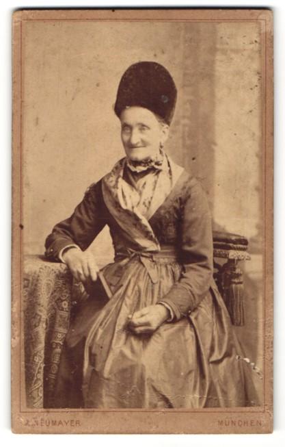 Fotografie Fr. Neumayer, München, Portrait betagte Dame mit traditioneller Kopfbedeckung