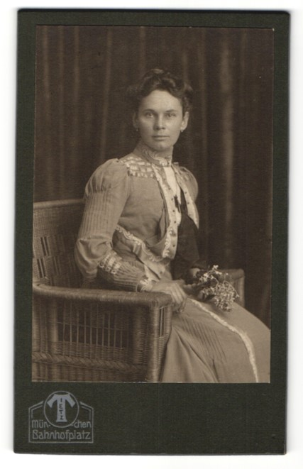 Fotografie Tietz, München, Portrait junge Frau in festlicher Kleidung
