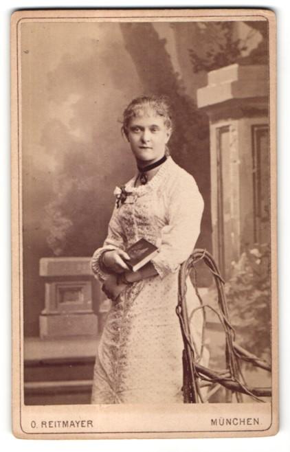 Fotografie O. Reitmayer, München, Portrait Fräulein in Kleid