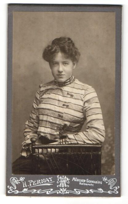 Fotografie H. Pernat, München-Schwabing, Portrait junge Dame mit Hochsteckfrisur