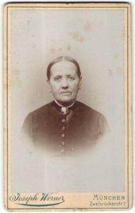 Fotografie Joseph Werner, München, Portrait Greisin mit zusammengebundenem Haar