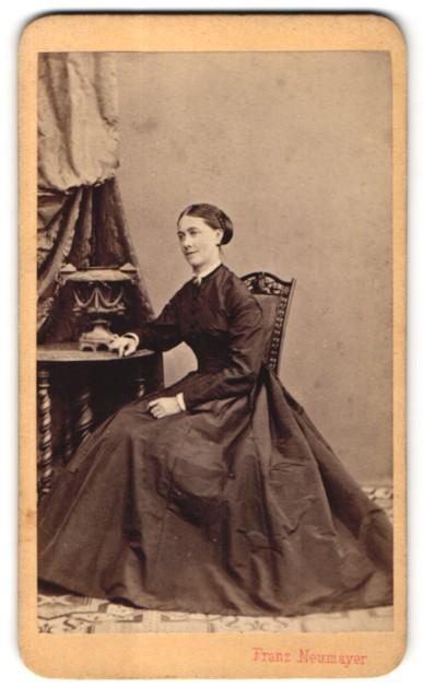 Fotografie Franz Neumayer, München, Portrait junge Dame in weitem Kleid