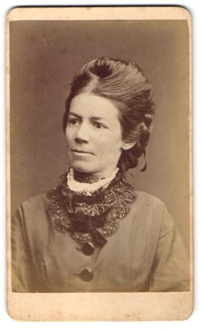 Fotografie Otto Reitmayer, München, Portrait Dame mit aufwendiger Frisur