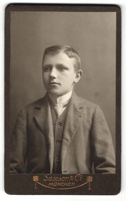 Fotografie Samson & Co., München, Portrait Knabe in feierlicher Kleidung