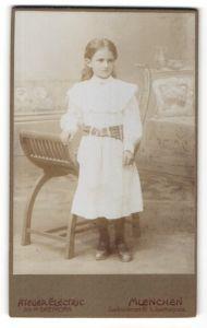 Fotografie Atelier Electric, Muenchen, Portrait kleines Mädchen mit zusammengebundenem Haar