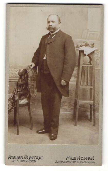 Fotografie Atelier Electric, Muenchen, Portrait Herr in Anzug mit imposantem Schnauzbart