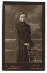 Fotografie M. Obergassner, München, Portrait junge Dame mit zeitgenöss. Frisur