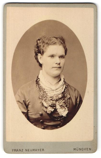 Fotografie Franz Neumayer, München, Portrait junge Dame mit zusammengebundenem Haar