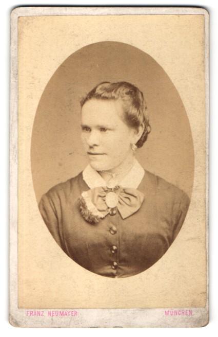 Fotografie Franz Neumayer, München, Portrait Frau mit zusammengebundenem Haar