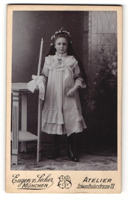 Fotografie Eugen v. Saher, München, Portrait Mädchen in festlichem Kleid mit Kerze