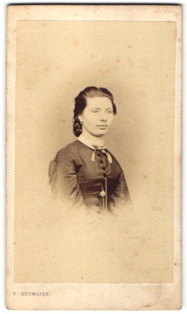 Fotografie Franz Neumayer, München, Portrait Frau im festlichen Kleid