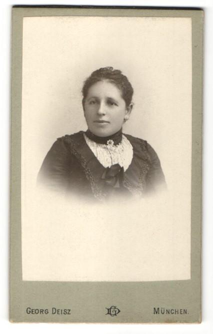 Fotografie Atelier Georg Deisz, München, Brustportrait jundg Frau in festlicher Bluse