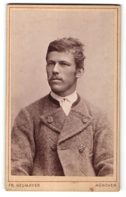 Fotografie Fr. Neumayer, München, Portrait Mann in einer Winterjacke