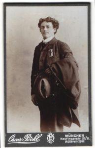 Fotografie Oscar Pöckl, München, Portrait Mann im Anzug mit Hut und Mantel