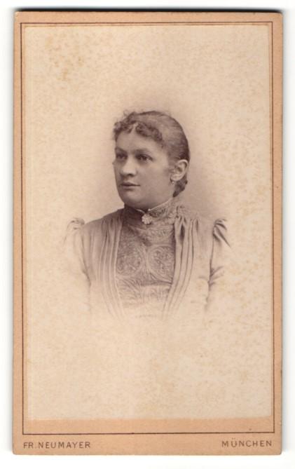 Fotografie Fr. Neumayer, München, Portrait Frau im festlichen Kleid mit zurückgebundenem Haar