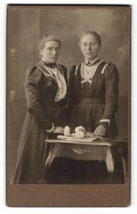 Fotografie Oscar Pöckl, München, Portrait zweier Frauen in festlichen Kleidern mit Blumen
