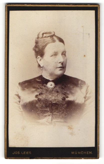 Fotografie Jos. leeb, München, Portrait Frau mit Hochsteckfrisur in festlicher Bluse