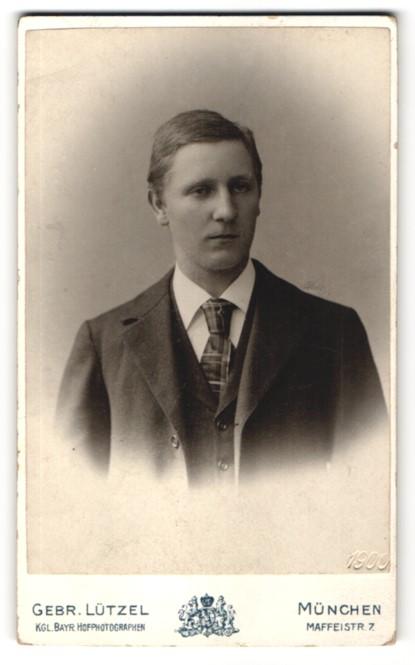 Fotografie Gebr. Lützel, München, Portrait junger Mann im Anzug mit karierter Krawatte