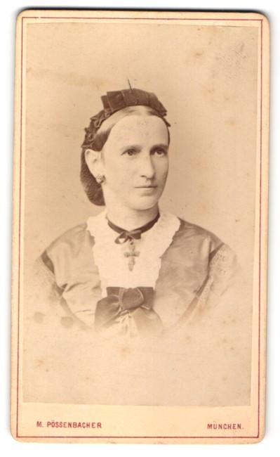 Fotografie M. Pössenbacher, München, Portrait Frau in festlicher Kleidung mit zurückgebundenem Haar