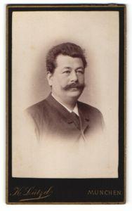 Fotografie K. Lützel, München, Portrait Mann mit Schnauzbart in einer Anzugjacke