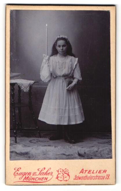 Fotografie Eugen v. Saher, München, Portrait Mädchen im weissen Kleid mit Kerze