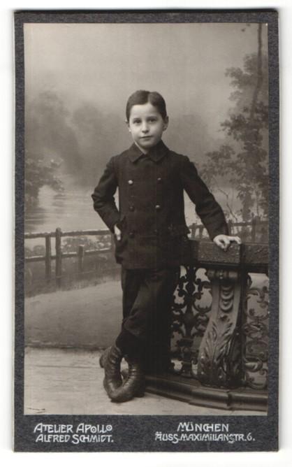 Fotografie Atelier Apollo Alfred Schmidt, München, Portrait kleiner Junge im Anzug