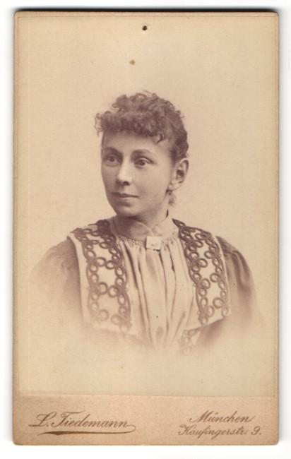 Fotografie L. Tiedemann, München, Portrait Frau in bürgerlicher Kleidung mit zurückgebundenem Haar