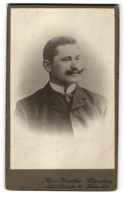 Fotografie Alois Koestler, München, Portrait Mann mit Schnauzbart im Mantel