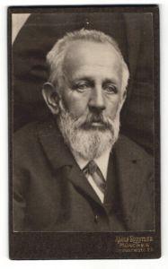 Fotografie Adolf Koestler, München, Portrait Mann mit Vollbart im Anzug