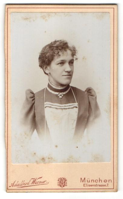 Fotografie Adalbert Werner, München, Portrait Frau in Bluse mit Schürze