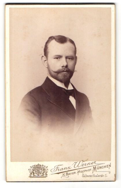 Fotografie Franz Werner, München, Brustportrait Mann im Anzug mit Bart