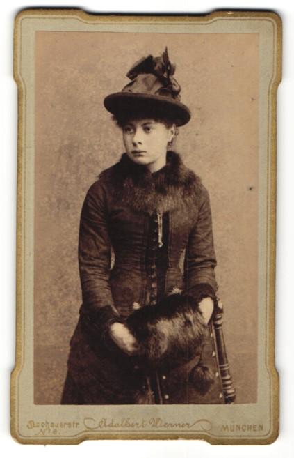 Fotografie Adalbert Werner, München, Portrait Frau im Mantel mit Fellbesatz mit Hut