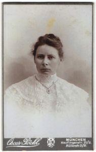Fotografie Oscar Pöckl, München, Portrait Frau in Spitzenbluse mit Kreuzkette