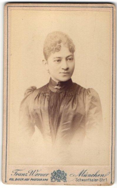 Fotografie Franz Werner, München, Portrait Frau in festlicher Bluse mit Puffärmeln