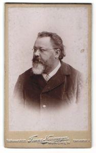 Fotografie Franz Neumayer, München, Portrait Mann mit Bart und Nickelbrille in einer Cordjacke