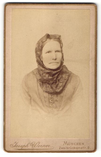 Fotografie Joseph Werner, München, Brustportrait Frau mit Kopftuch