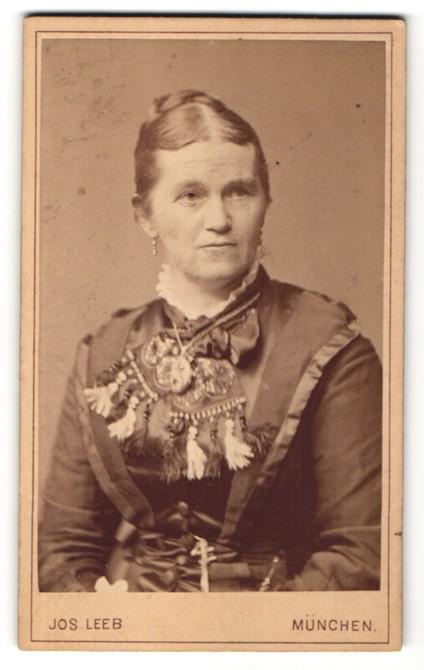 Fotografie Jos. Leeb, München, Portrait Frau mit Halskette in festlicher Bluse