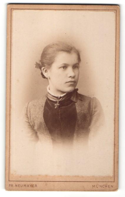 Fotografie Fr. Neumayer, München, Portrait Mädchen mit Kreuzkette und zurückgebundenem Haar