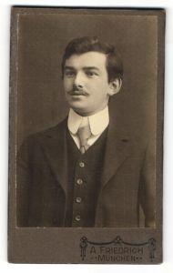 Fotografie A. Freidrich, München, Portrait junger Mann mit Oberlippenbart im Anzug mit Krawatte
