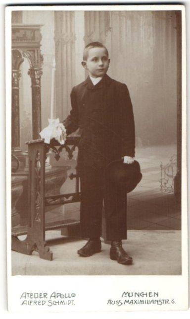 Fotografie Alfred Schmidt, München, Portrait kleiner Junge im Anzug mit Hut